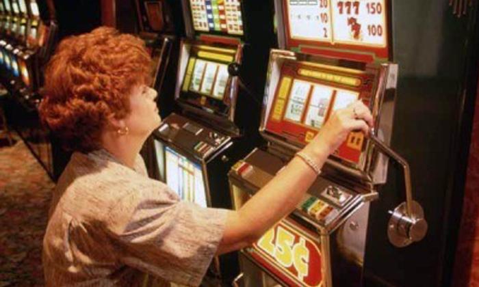 Игровой процесс в автоматах устроен просто: человек дёргает за рычаг, вращаются барабаны, а затем останавливаются по алгоритму благодаря тормозной системе.