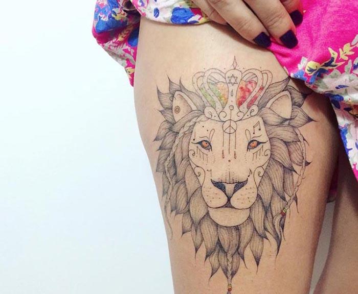Женская татуировка лев