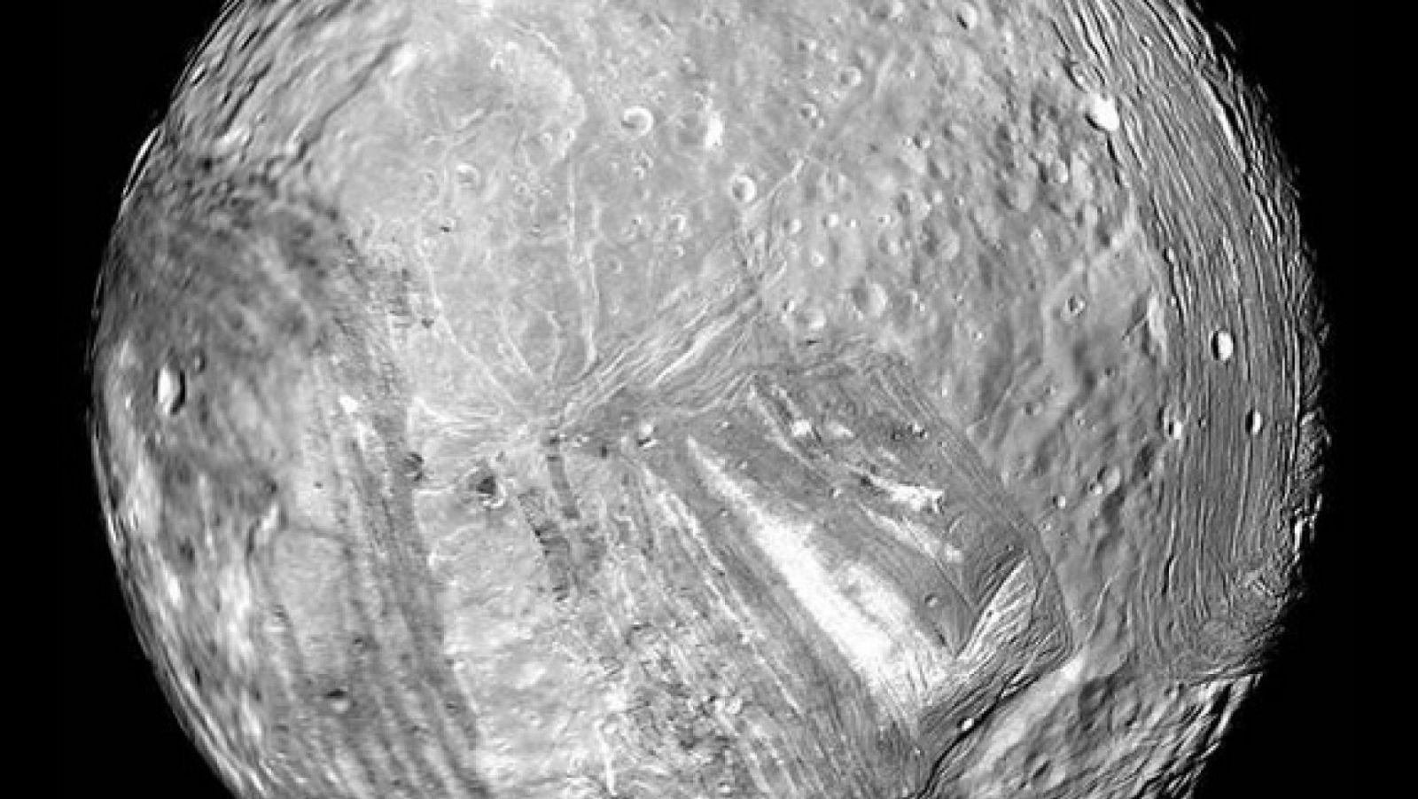 Изображение спутника Мирана с Вояджер-2 в 1986 году